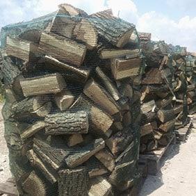 нацепени дърва за огрев